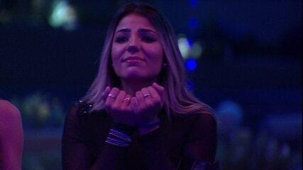 Hariany se emociona ao ver seu vídeo no telão da Festa Internet