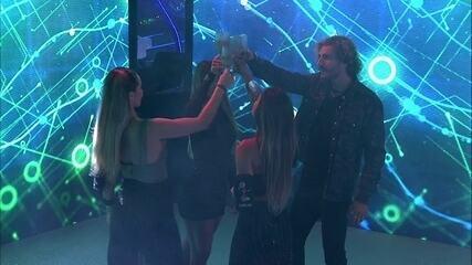 Alan, Hariany, Carolina e Paula fazem mais um brinde
