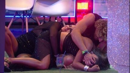 Hariany, Carolina e Alan se jogam sobre Paula