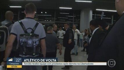Sob protesto de grupo de torcedores, Atlético-MG volta a BH após derrota na Libertadores