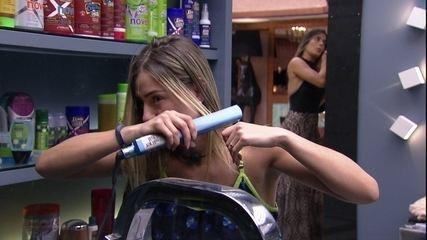 Emparedadas, Carolina se maquia e Paula faz chapinha no cabelo