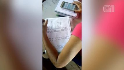 Menina escreve de forma inverdida