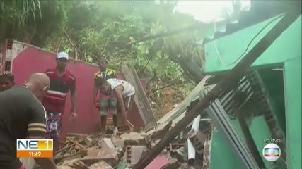 Casa desaba após deslizamento de barreira em Olinda
