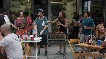 Jade se rende ao churrasco com pagode