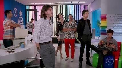 A PopTV lança uma campanha para o novo programa e João busca referências em filmes para participar do concurso