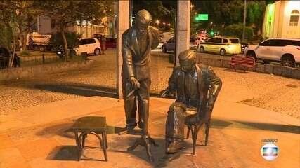 Estátua de Noel Rosa, na Vila Isabel, RJ, está sumindo