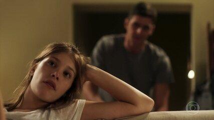 Anjinha reclama que o pai a trata como criança