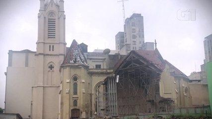1 ano após queda de prédio vizinho, igreja atingida começa reconstrução