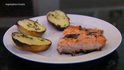 Paullo Costa prepara receita de Salmão Assado na Brasa com Batatas no Cozinha de Galpão