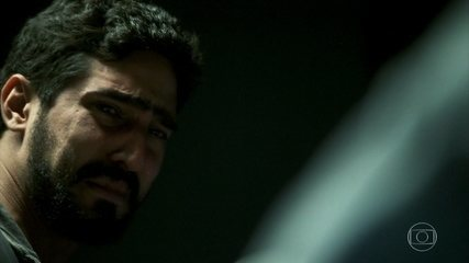 Jamil se sensibiliza com a morte de Aziz. Os dois tiveram uma conversa emocionante nos momentos finais do sheik