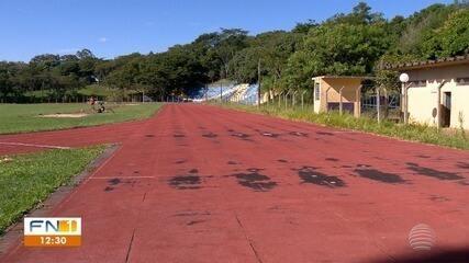 Pista de atletismo onde medalhistas olímpicos treinavam sofre com a ação do tempo e a falta de reparos