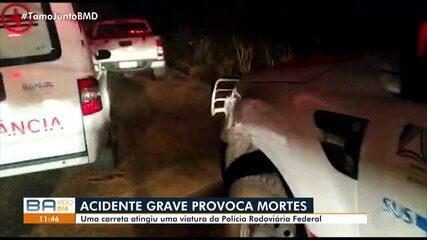 Acidente entre carretas e viatura da polícia deixa mortos na BR-135