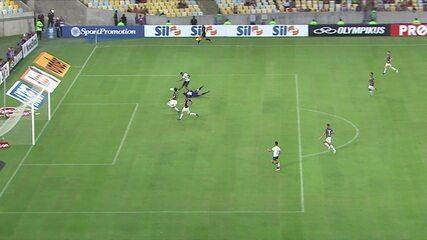 Alex Santana recebe, sai na cara do gol, dribla o goleiro, mas chuta para fora, aos 32' do 2º Tempo