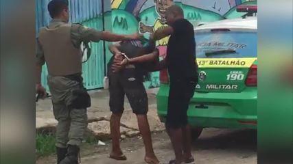 Vídeo mostra suspeito de assalto sendo agredido após prisão