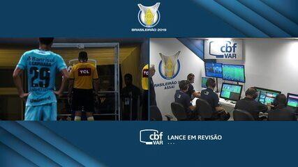 Juiz marca penalidade para o Grêmio e volta atrás após consultar o VAR