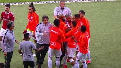 Nico López vai em direção a Edilson, mas é contido por companheiros