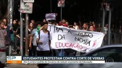 Estudantes protestam contra corte de verbas na educação