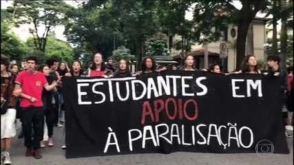 Professores e alunos protestam em todo o país contra cortes na educação