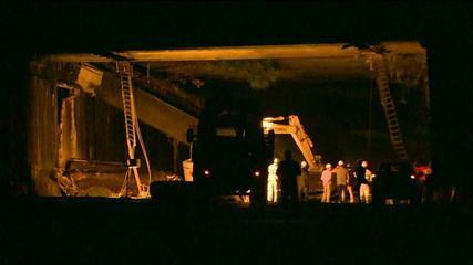 Ônibus atingido em desabamento é retirado de túnel no Rio