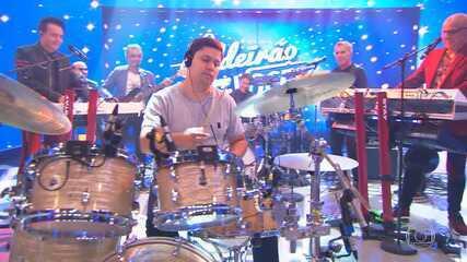 Roupa Nova surpreende fã baterista no 'Caldeirão'