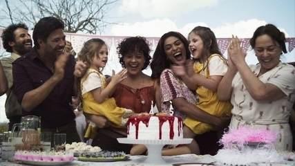 Maria faz um bolo de aniversário para suas sobrinhas