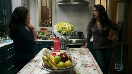 Rania confidencia a Aline sua desconfiança com as saídas noturnas de Miguel