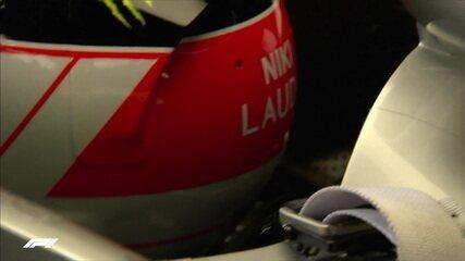 Lewis Hamilton vai para corrida com capacete homenageando Niki Lauda