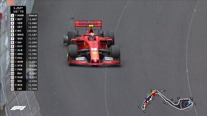 Leclerc tenta mais uma ultrapassagem, fura pneu, vai para os boxes e retorna tomando volta