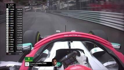 """Hamilton traz no halo do carro mais homenagens a Niki Lauda: """"Niki we miss you"""", ou """"Niki sentimos sua falta"""""""