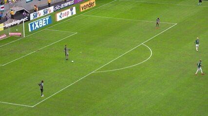 Com ajuda do VAR, árbitro marca pênalti a favor do Palmeiras
