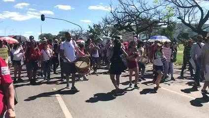 BRASÍLIA, 12h40: manifestantes protestam nesta quinta-feira (30) na Esplanada dos Ministér