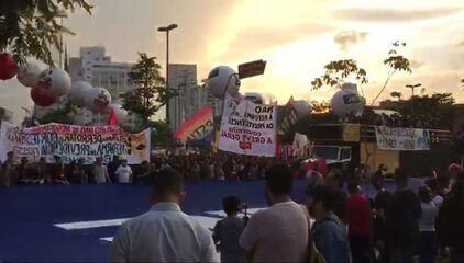 Manifestantes fazem ato contra cortes na educação no Largo da Batata