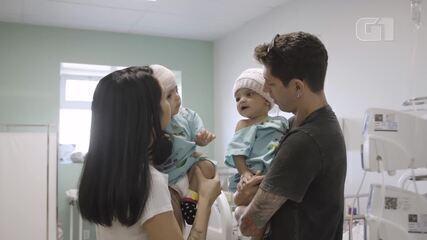 Gêmeas siamesas se encontram após cirurgia de separação