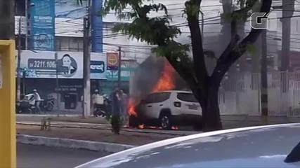 Carro pega fogo na Avenida Prudente de Morais em Natal; veja vídeo