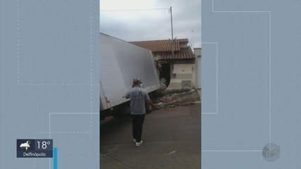 Caminhão perde freio, bate em poste e invade casa no Corredor São José, em Varginha