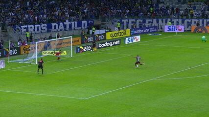 Gilberto acerta a trave e desperdiça pênalti - Cruzeiro 2 x 1 Fluminense