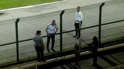 Tite dá casaco a torcedor mirim após treino aberto da Seleção no Pacaembu