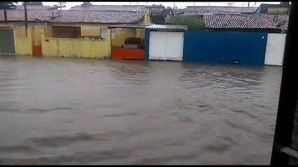 Chuva alaga Avenida México, em Rio Doce, em Olinda