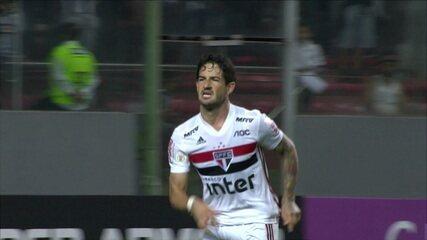Nenê dá assistência para Pato marcar o gol do São Paulo contra o Atlético-MG