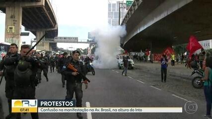 Policiais dispersam manifestantes com bombas de efeito moral na Av. Brasil