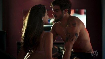 Rock faz striptease e leva Fabiana para cama