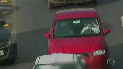 Um em cada cinco motoristas admite dirigir com uma mão no volante e a outra no celular