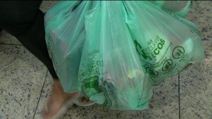 Lei proíbe sacolas plásticas em mercados do RJ a partir desta quarta-feira (26)