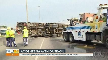Caminhão de frutas tomba na Avenida Brasil e esmaga veículo