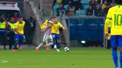 Arthur deixa o braço em Derlis González e, após o VAR, recebe amarelo, aos 38' do 2º Tempo