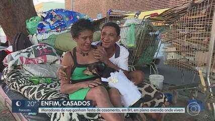 Moradores de rua se casam em avenida de BH