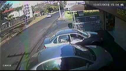 Carro desgovernado atravessa canteiro central e atinge muro de condomínio
