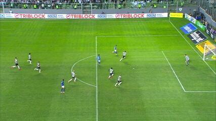 Após consulta ao VAR, juiz anula gol do Cruzeiro por falta no campo de ataque do Galo