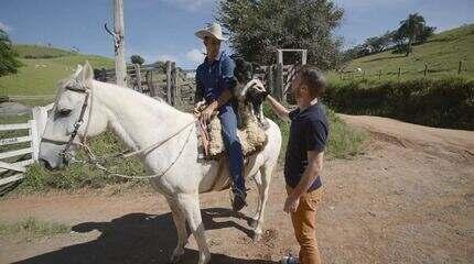 Rafael Ristow conhece 'encantador de animais' em Cambuí (MG)