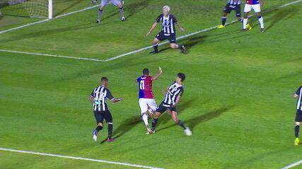 Bruno Rodrigues cai na área e jogadores do Paraná pedem pênalti, aos 43' do 1º tempo